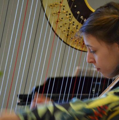Margot Plantevin à la harpe durant le concours
